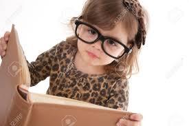 девочка в очках читает книгу